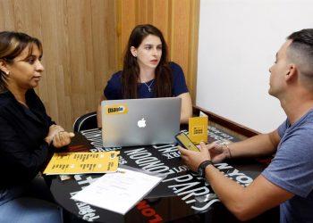 Marta Deus (c), conversa con parte de su equipo de trabajo de Negolution, la única revista sobre negocios publicada en la Isla. Foto: Ernesto Mastrascusa / EFE.