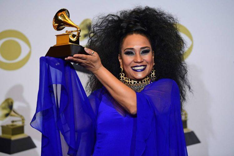 Aymée Nuviola al recibir el Premio Grammy. Foto: FREDERIC J. BROWN AFP VIA GETTY IMAGES