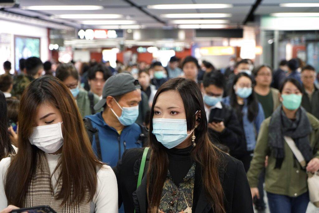 Pasajeros en una estación del metro de Hong Kong lucen máscaras para prevenir contagio en medio de un brote de coronavirus en China el miércoles, 22 de enero del 2020. Foto: AP/Kin Cheung