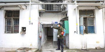 Un empleado del gobierno rocía desinfectante en un edificio residencial en Wuhan, en la provincia de Hubei, China, el martes 28 de enero de 2020. Foto: Chinatopix vía AP.