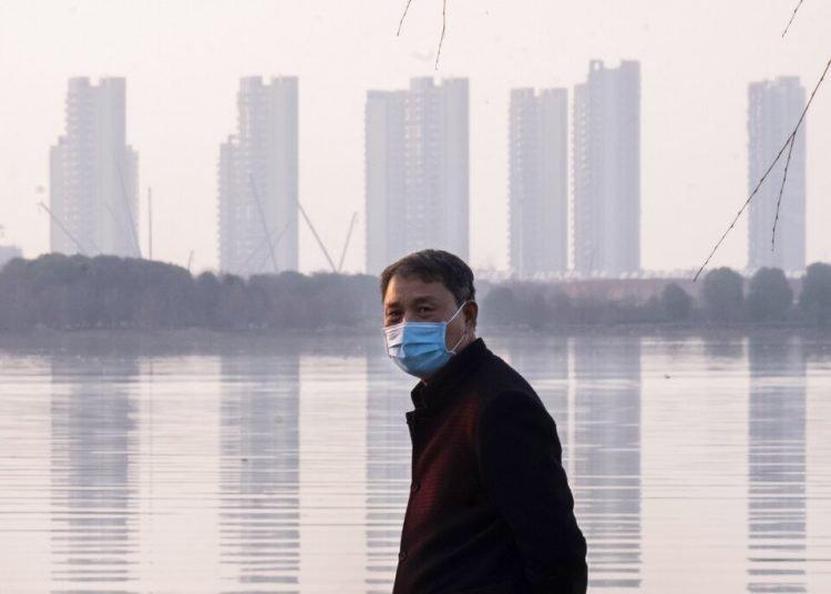 Un hombre porta una mascarilla en la ciudad de Wuhan, en la provincia de Hubei, en el centro de China, el jueves 30 de enero de 2020. Foto: AP/Arek Rataj/Archivo.