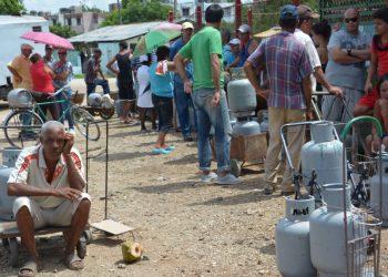 Cubanos esperan en una cola para comprar gas licuado. Foto: AFP / Archivo.