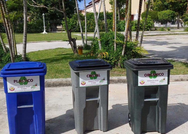 Contenedores de basura donados por el gobierno de Catar a escuelas de La Habana. Foto: Cortesía de la Embajada de Catar en Cuba.