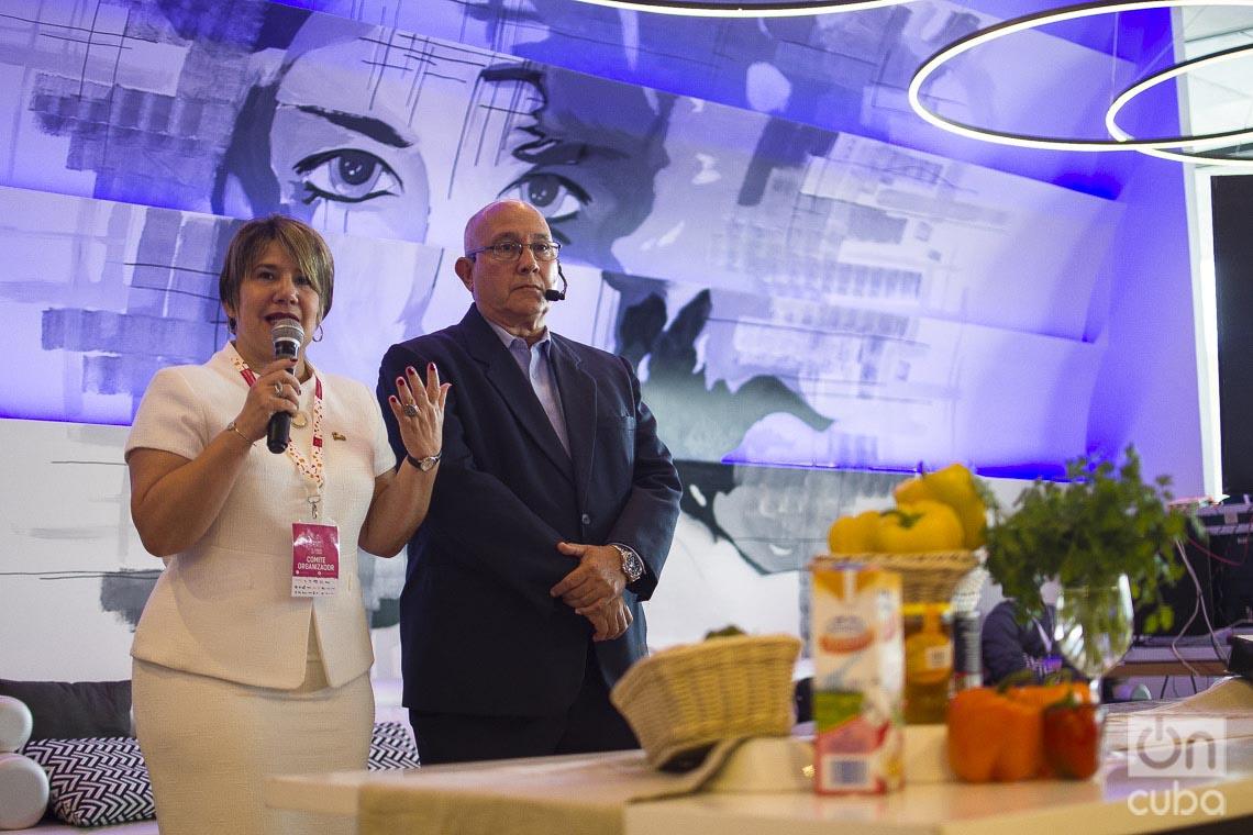 Lis Cuesta, presidenta del Comité Organizador del Taller Culinario Internacional Cuba Sabe y Jorge Luis Méndez, presidente de la Academia Cubana de Gastronomía, durante la segunda edición del evento realizada en el Hotel Iberostar Grand Packard de La Habana. Foto: Otmaro Rodríguez.