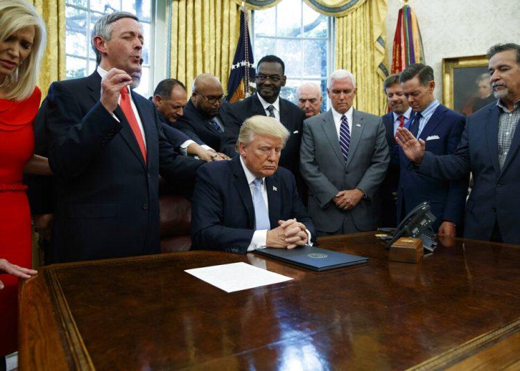 Foto tomada el 1 de septiembre del 2017 del presidente Trump rezando con líderes religiosos en la Casa Blanca en Washington. Foto: Evan Vucci/AP.