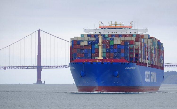 Un buque de carga de Cosco Shipping pasa frente al puente Golden Gate en San Francisco en su camino hacia el puerto de Oakland. (AP Foto/Eric Risberg)
