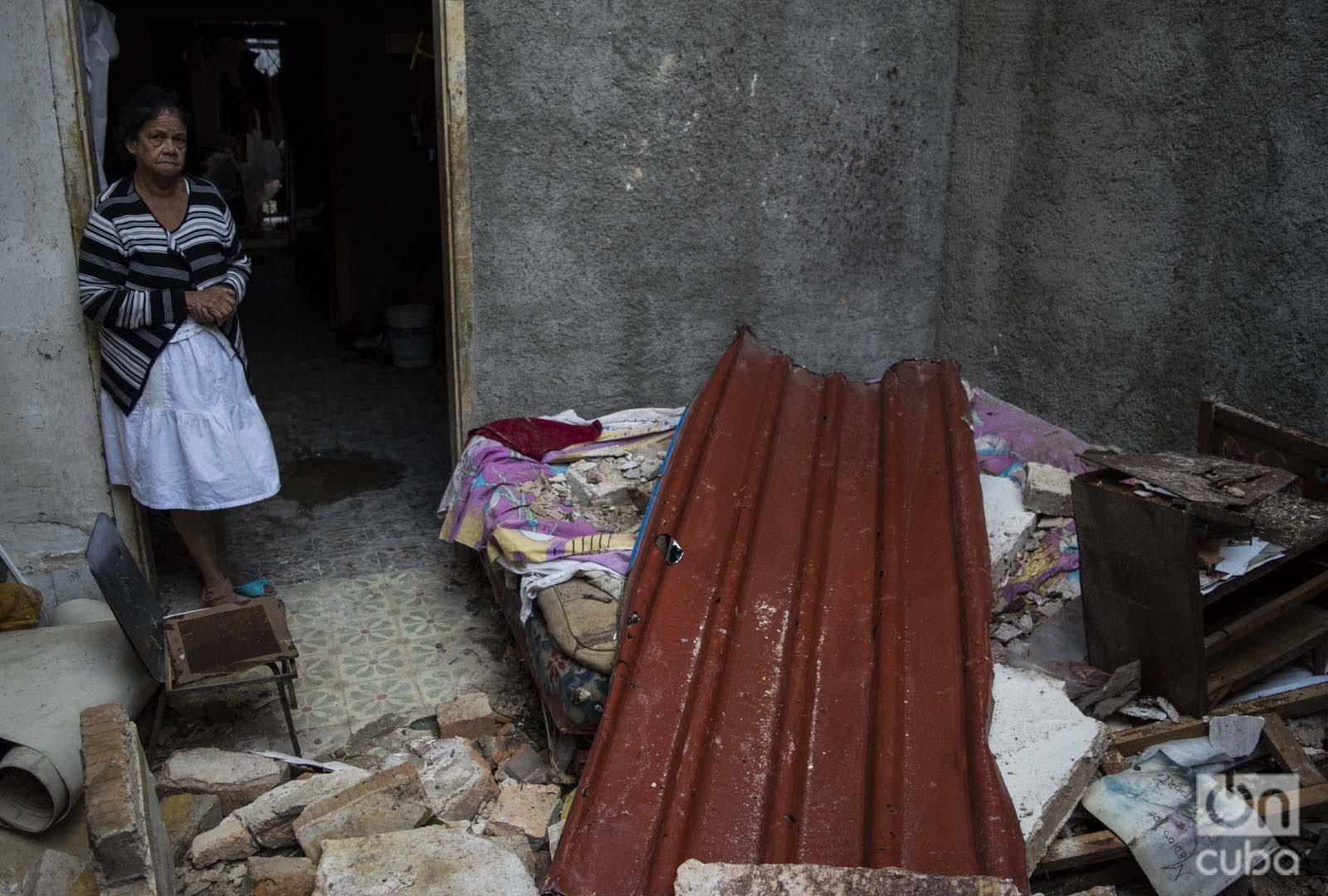 Edna Arroyo, entre los restos de su casa en el municipio de 10 de Octubre, a la mañana siguiente del tornado que azotó La Habana en enero de 2019. Foto: Otmaro Rodríguez.