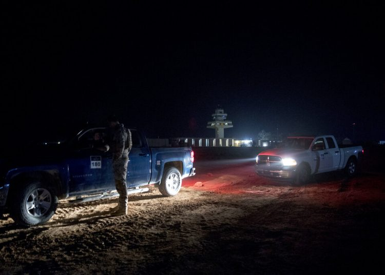 En esta fotografía del 26 de diciembre de 2018, varios militares esperan mientras el presidente Trump y la primera dama Melania Trump visitan la base aérea Al Assad en Irak. Foto: Andrew Harnik, AP  archivo.