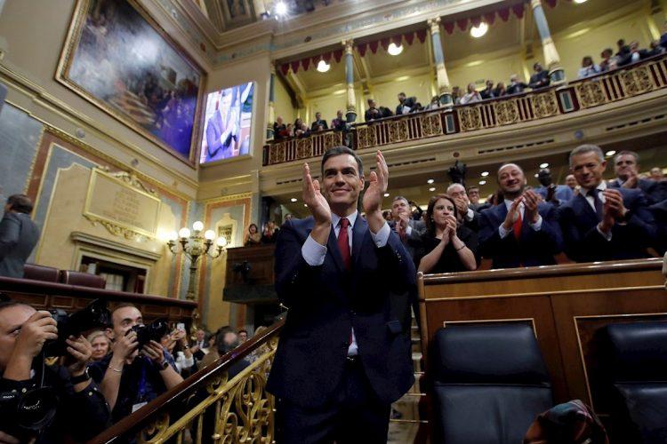 Pedro Sánchez aplaude tras lograr este martes la confianza del Congreso para un nuevo mandato como presidente del Gobierno, al lograr una estrecha mayoría de 167 votos a favor, 165 en contra y 18 abstenciones. EFE/Juan Carlos Hidalgo