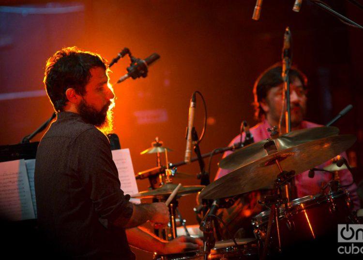 El baterista Oliver Valdés durante un concierto en el 35 Festival Jazz Plaza, en el Teatro Nacional de La Habana, el 17 de enero de 2020. Foto: Enrique Smith.