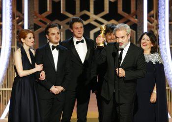 """Sam Mendes recibe el Globo de Oro a la mejor película de drama por """"1917"""", el domingo 5 de enero del 2020 en Beverly Hills, California. Foto: Paul Drinkwater/NBC vía AP."""