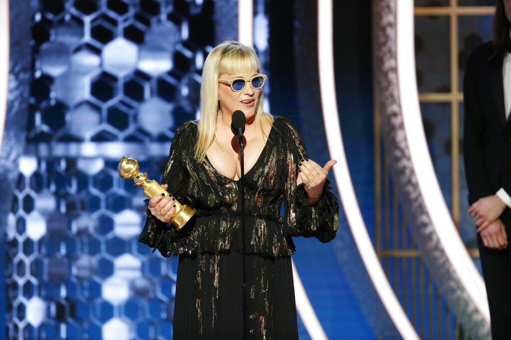 """Patricia Arquette recibe el Globo de Oro a la mejor actriz de reparto en una serie, serie limitada o película hecha para TV por """"The Act"""", el domingo 5 de enero del 2020 en Beverly Hills, California. Foto: Paul Drinkwater/NBC vía AP."""