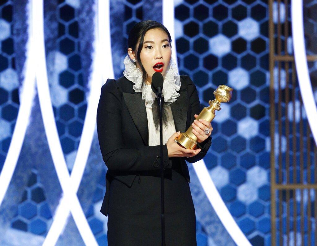 """Awkwafina recibe el Globo de Oro a la mejor actriz en una película de comedia o musical por """"The Farewell"""", el domingo 5 de enero del 2020 en Beverly Hills, California. Foto: Paul Drinkwater/NBC vía AP."""