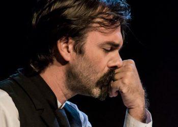 Caleb Casas en la piel de Martí. Foto: Sonia Almaguer/ Argos Teatro.