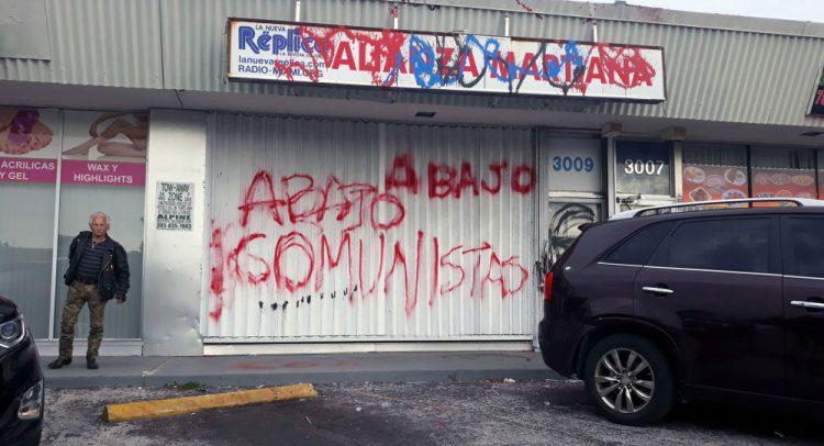 Así amaneció el lunes la fachada de  las instalaciones de la Alianza Martiana en Miami.   Foto: Carlos Rafael Diéguez