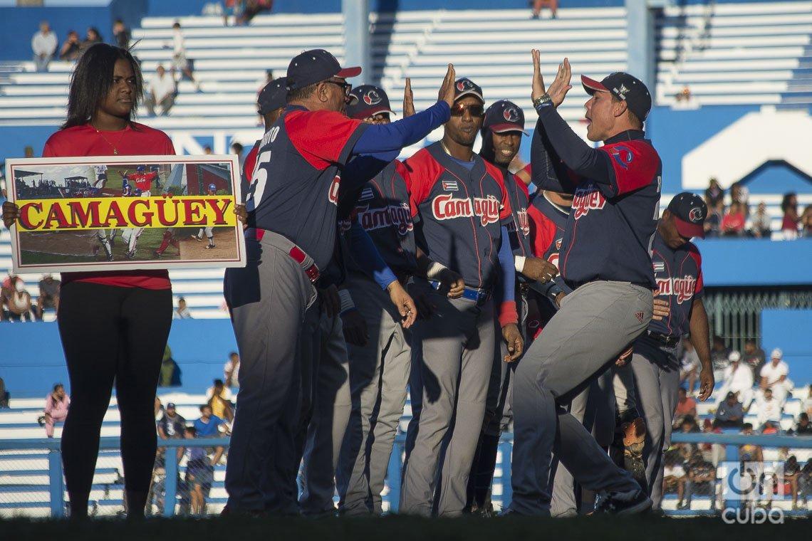 Presentación del equipo Camagüey en el segundo juego de la semifinal de la Serie Nacional 59 entre los equipos de Camagüey e Industriales en el estadio Latinoamericano de La Habana, el 3 de diciembre de 2019. Foto: Otmaro Rodríguez.
