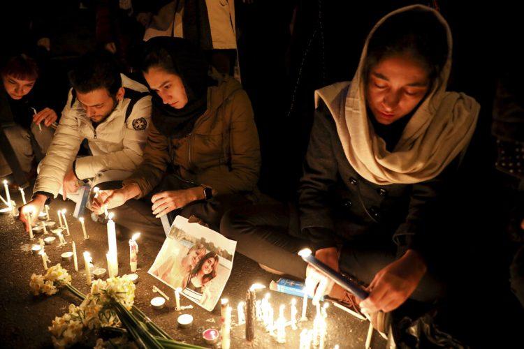 Numerosas personas efectúan una vigila por las víctimas del derribo de un avión de pasajeros ucraniano en la entrada de la Universidad Amri Kabir en Teherán, Irán, el sábado 11 de enero de 2020. Foto: Ebrahim Noroozi / AP.