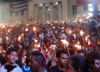 Salida de la Marcha de las Antorchas de la escalinata de la Universidad de La Habana. Foto: uci.cu / Archivo.