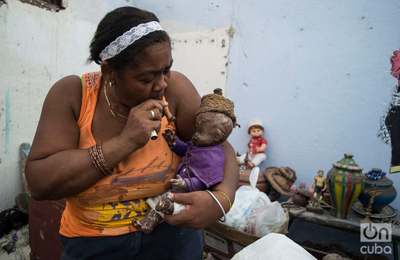 María del Carmen Curbelo, entre los restos de su casa en el municipio de Regla, a la mañana siguiente del tornado que azotó La Habana en enero de 2019. Foto: Otmaro Rodríguez.