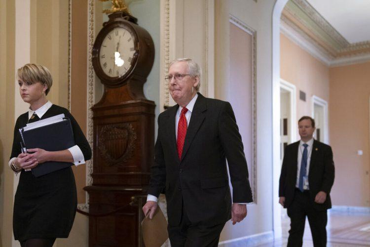 El líder de la mayoría republicana en el Senado, Mitch McConnell, un aliado de Trump, llega al Senado para iniciar el juicio político al presidente bajo cargos de abuso de poder y obstrucción a las labores del Congreso, en Washington, el martes 21 de enero de 2020. Foto: J. Scott Applewhite / AP.