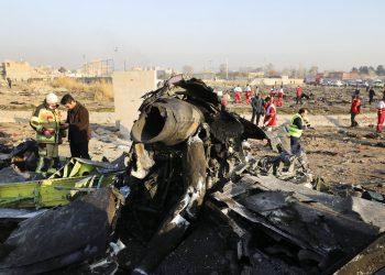 Restos de un avión ucraniano que se estrelló poco después de despegar en Shahedshahr, en el suroeste de Teherán, Irán. (AP Foto/Ebrahim Noroozi)