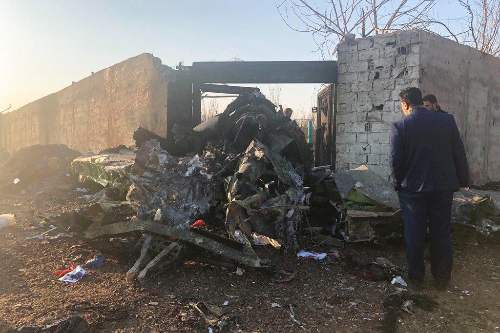 En la imagen, restos de un avión ucraniano que se estrelló poco después de despegar en las afueras de Teherán, Irán, el 8 de enero de 2019. Foto: AP/Mohammad Nasiri