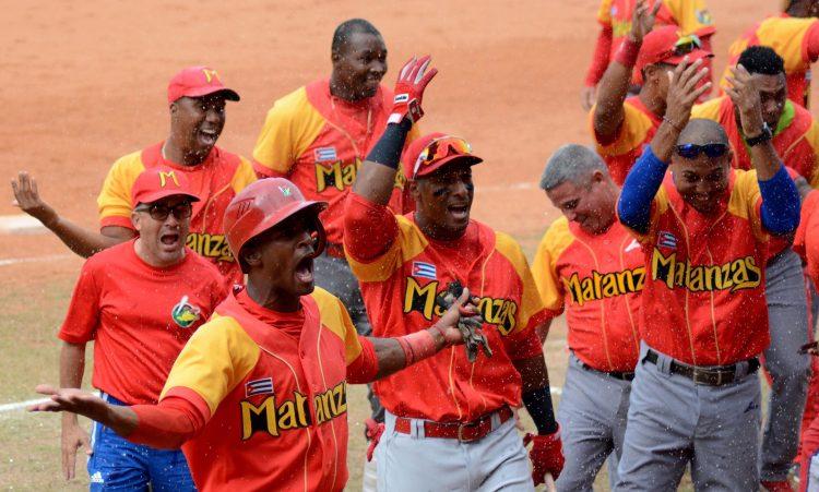 Los Cocodrilos de Matanzas celebraron en grande el título de Cuba. Foto: Gabriel García.