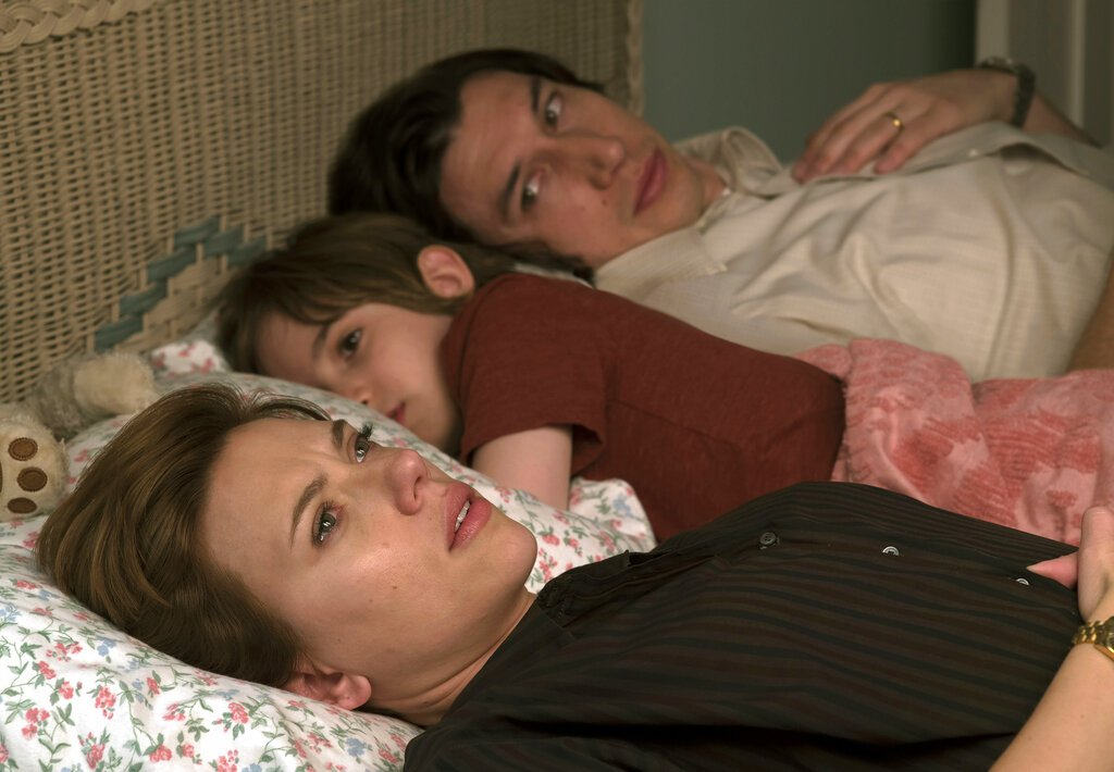"""En esta imagen difundida por Netflix, Scarlett Johansson, a la izquierda, y Adam Driver en una escena de """"Marriage Story"""". Foto: Netflix via AP"""