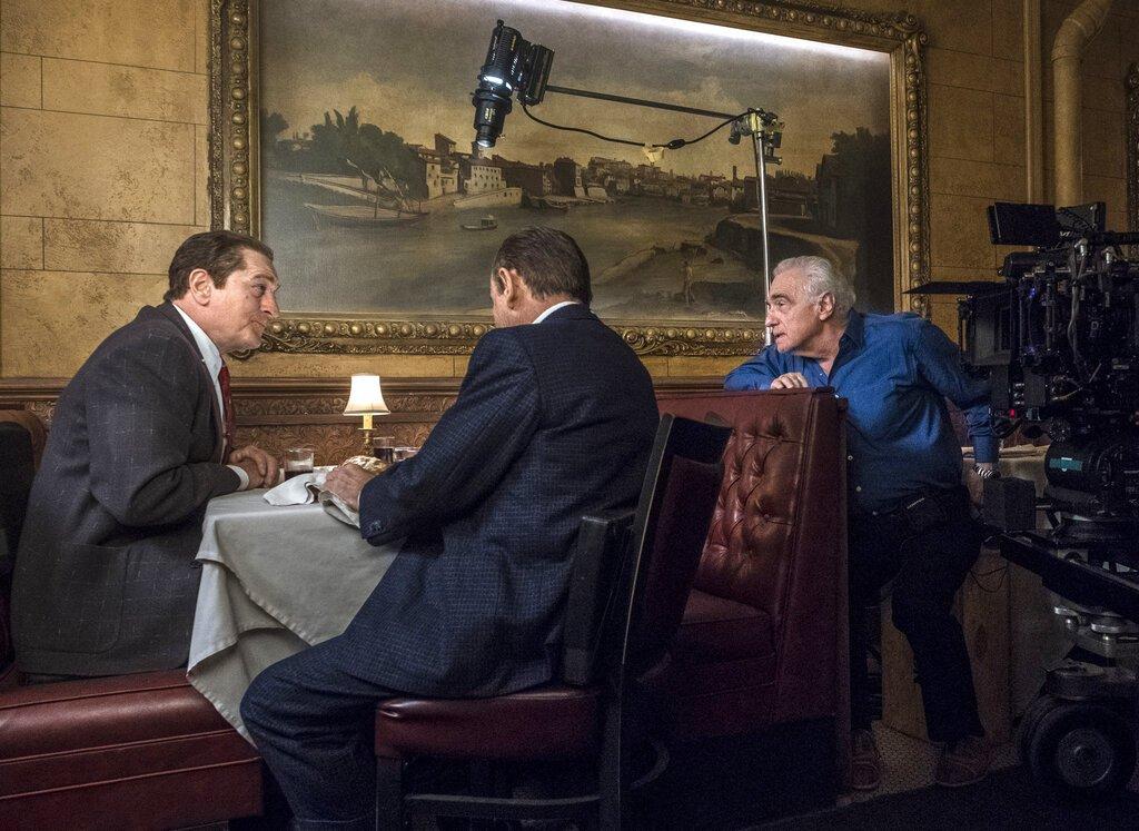 """En esta imagen difundida por Netflix, el director Martin Scorsese, a la derecha, con los actores Robert De Niro, a la izquierda, y Joe Pesci en el plató de """"The Irishman"""". Foto: Niko Tavernise/Netflix vía AP"""