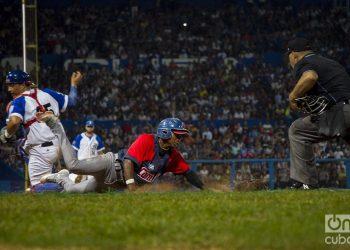 Primer juego de la semifinal de la Serie Nacional 59 entre los equipos de Camagüey e Industriales en el estadio Latinoamericano de La Habana, el 3 de diciembre de 2019. Foto: Otmaro Rodríguez.