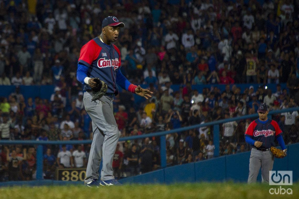Equipo de Camagüey estrenó contra Industriales sus nuevas gorras, donadas por un fanático del equipo que reside en Estados Unidos. Foto: Otmaro Rodríguez