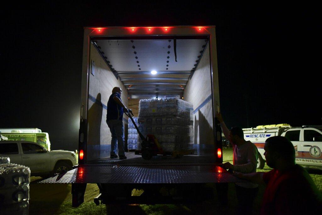 Voluntarios entregan agua en un estadio de béisbol habilitado como refugio para los habitantes de Guayanilla, Puerto Rico, que perdieron sus viviendas en un terremoto de magnitud 6,4, el 9 de enero de 2020. Foto: AP/Carlos Giusti