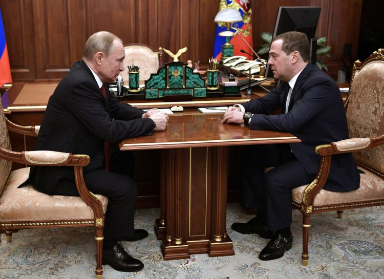 El presidente ruso Vladimir Putin (i) con el primer ministro Dmitry Medvedev en el Kremlin en Moscú el 15 de enero del 2020. Foto: Alexei Nikolsky, Sputnik, Kremlin Pool vía AP.