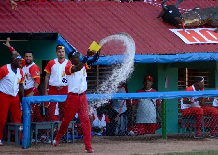Pelotero de Matanzas tirando omi (agua) al terreno. Foto: Ricardo López/Facebook