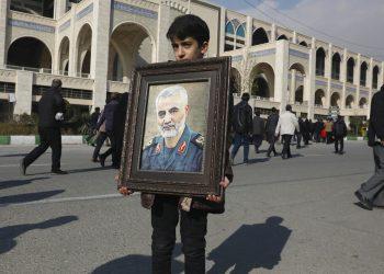 Un niño carga un retrato del general iraní Qassem Soleimani, quien murió en un ataque perpetrado por Estados Unidos en Irak, el viernes 3 de enero de 2020 en Teherán, Irán. (AP Foto/Vahid Salemi)