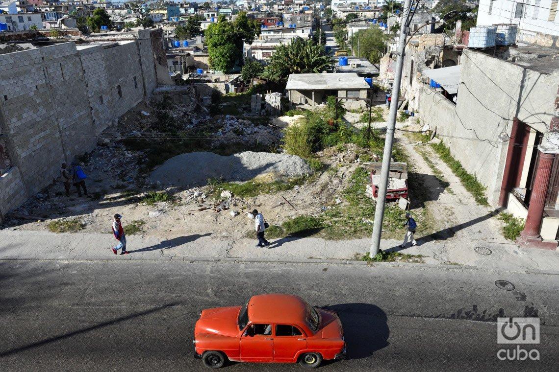 Vista de la Calzada de Jesús del Monte, en el municipio de 10 de Octubre, un año después del paso por La Habana del tornado de enero de 2019. Foto: Otmaro Rodríguez.