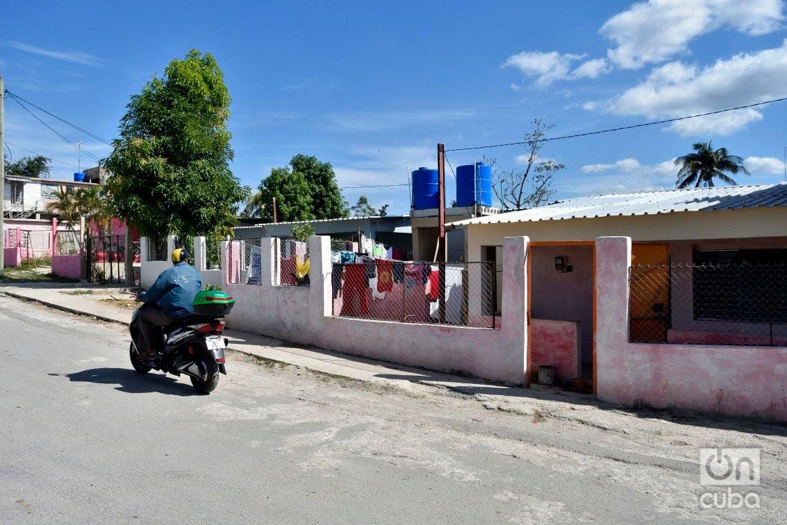 Exterior de la casa de María del Carmen Curbelo, en el municipio de Regla tras el paso por La Habana del tornado de enero de 2019. Foto: Otmaro Rodríguez.