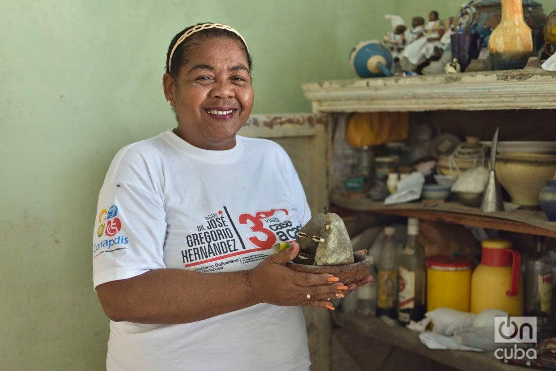 María del Carmen Curbelo, en su casa en el municipio de Regla, reconstruida tras el paso del tornado por La Habana en enero de 2019. Foto: Otmaro Rodríguez.