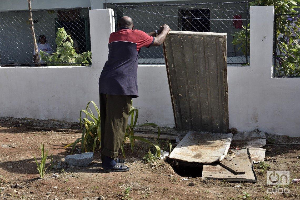 El hueco por donde se desbordan las aguas albañales de la nueva casa de María del Carmen Curbelo, en el municipio de Regla, un año después del tornado que azotó La Habana en enero de 2019. Foto: Otmaro Rodríguez.