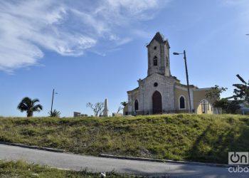 Iglesia de Jesús del Monte, en el municipio de 10 de Octubre, todavía sin la cruz en su torre, un año después del paso por La Habana del tornado de enero de 2019. Foto: Otmaro Rodríguez.