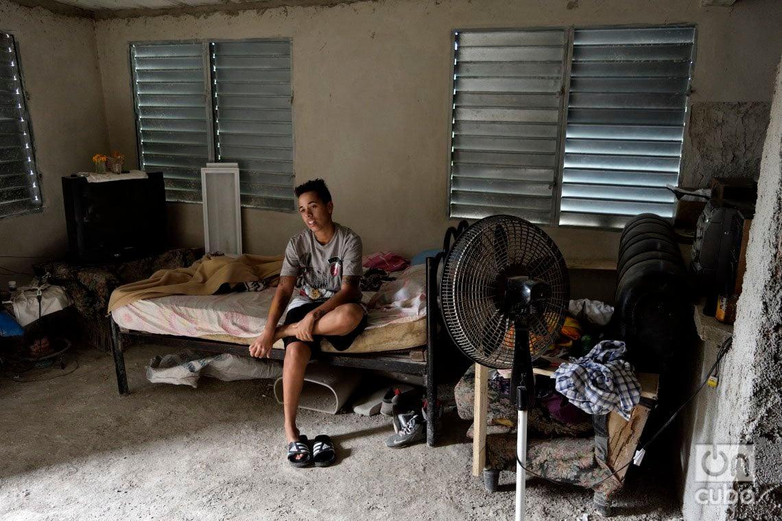 Dángelo Herrera, en su casa en construcción en el reparto Chibás del municipio de Guanabacoa, a un año del paso por La Habana del tornado de enero de 2019. Foto: Otmaro Rodríguez.