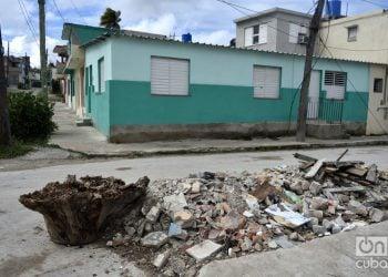 Escombros frente a casas reconstruidas en el municipio de 10 de Octubre, un año después del paso por La Habana del tornado de enero de 2019. Foto: Otmaro Rodríguez.