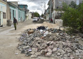 Escombros en una zona reconstruida del municipio de 10 de Octubre, a un año del paso por La Habana del tornado de enero de 2019. Foto: Otmaro Rodríguez.