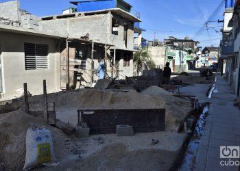 Vista de una zona en reconstrucción en el municipio de 10 de Octubre, a un año del paso por La Habana del tornado de enero de 2019. Foto: Otmaro Rodríguez.