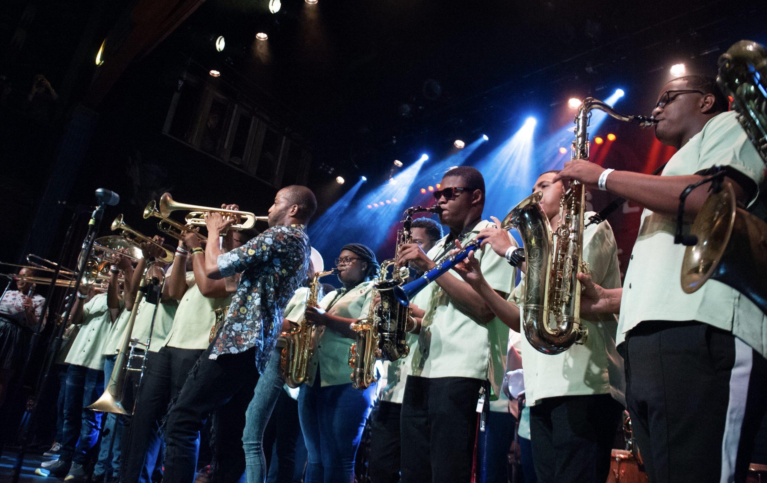 Troy Andrews tocando con chicos de la Academia de Música Trombone Shorty. Foto: Laura Carbone