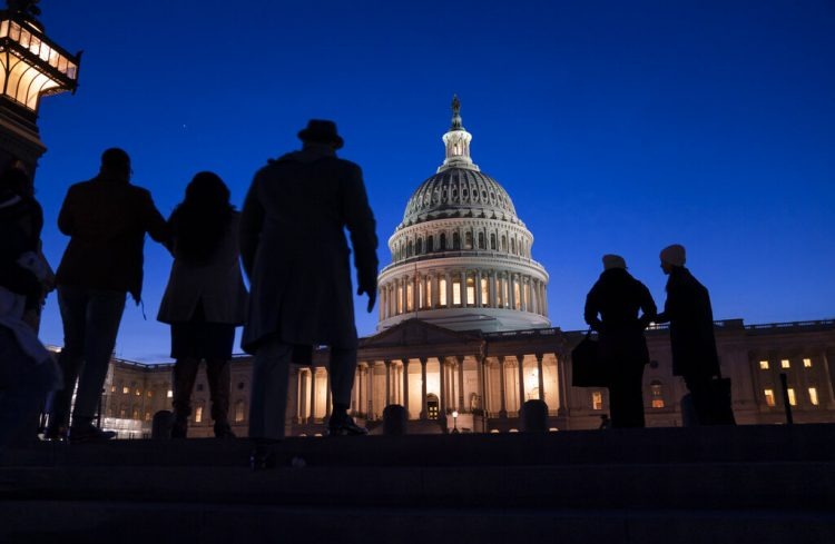 La noche cae en el Capitolio, en Washington, la noche del miércoles 22 de enero de 2020, durante el juicio político del presidente Donald Trump. Foto: AP/J. Scott Applewhite