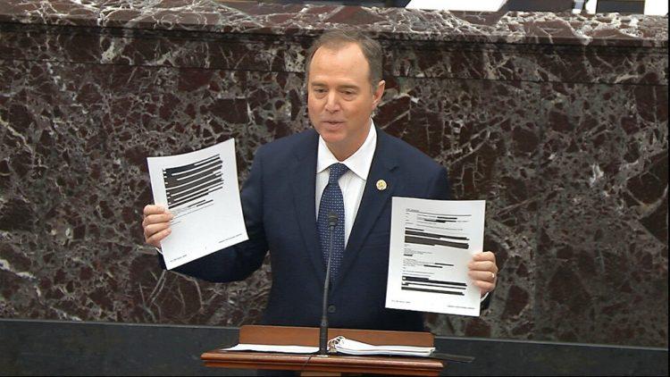 En esta imagen tomada de un video, el representante demócrata Adam Schiff, convertido en un fiscal para el juicio político a Trump, muestra documentos censurados durante el proceso de destitución contra el mandatario en el Senado, en el Capitolio, en Washington, el miércoles 22 de enero de 2020. Foto: Television del Senado vía AP.