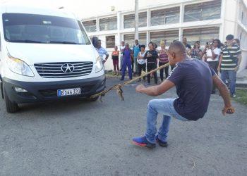Yasmani Fonseca tiene la habilidad de halar vehículos pesados tirando de una cuerda con su boca. Foto: www.sierramaestra.cu