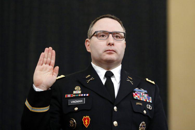 En esta fotografía del 19 de noviembre de 2019, el asesor de seguridad nacional, el teniente coronel Alexander Vindman, es juramentado antes de rendir testimonio ante la Comisión de Inteligencia de la Cámara de Representantes. Foto: Andrew Harnik/AP.