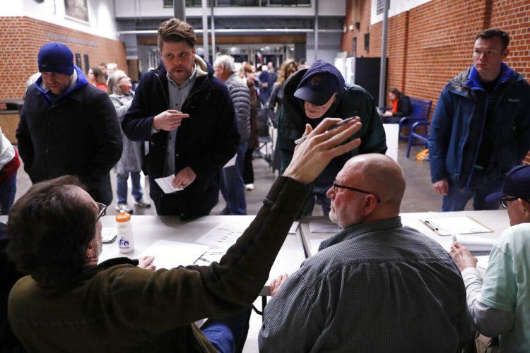 Participantes en un caucus se registran en uno en el centro de educación secundaria Roosevelt, el 3 de febrero de 2020, en Des Moines, Iowa. Foto: Andrew Harnik/AP.